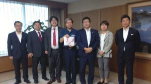 熊本県庁での義援金贈呈式