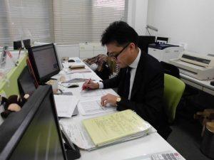 事務所での事務作業